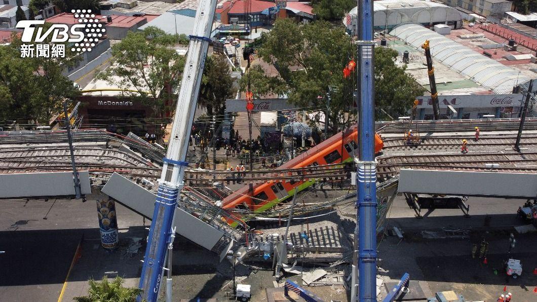 墨西哥發生捷運高架路段坍塌事故。(圖/達志影像路透社) 墨西哥捷運高架坍塌事故釀死傷 總統誓言徹查究責