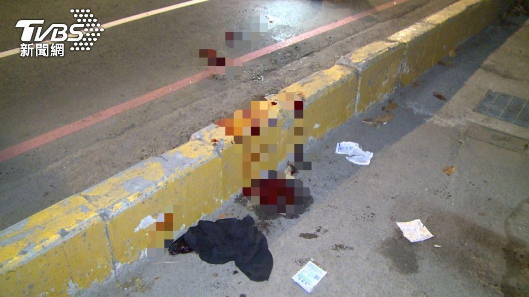 男談判遭砍濺血。(圖/TVBS) 追未成年少女爭風吃醋!相約談判 男子遭獵刀猛砍濺血