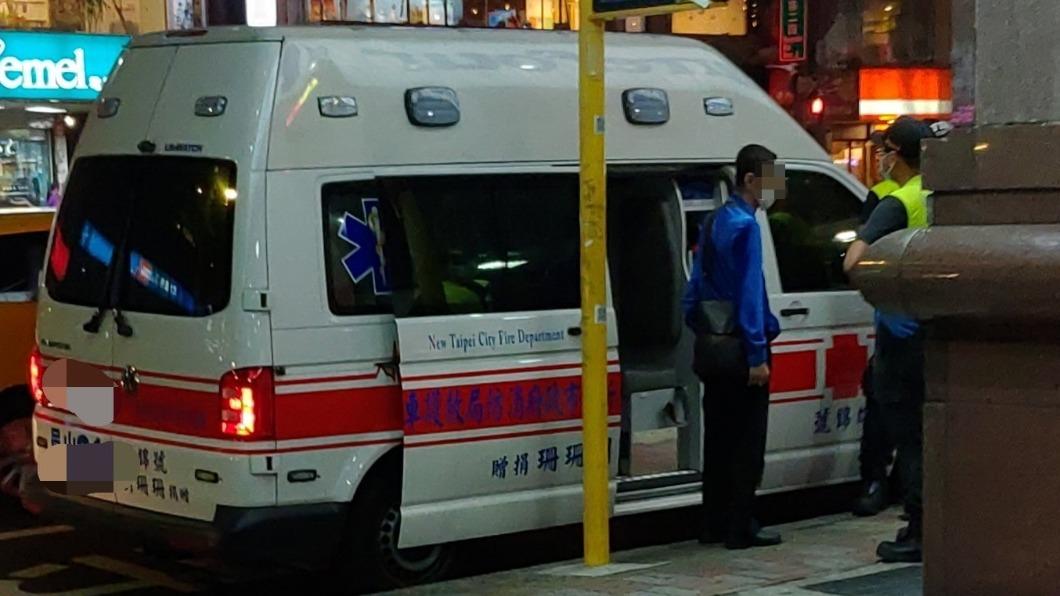 男子聲稱受傷要坐救護車,救護人員卻發現他毫髮無傷。(圖/翻攝自「爆料公社公開版」) 等嘸公車改叫救護車 他撥119「來載我」目擊者氣炸