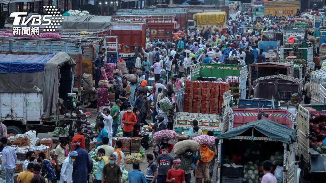 印度確診數不斷攀升。(圖/達志影像美聯社) 印度疫情嚴峻 外交部:與旅行社安排僑胞專機