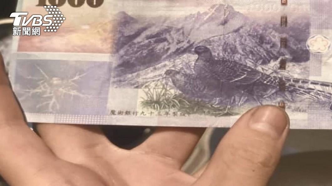 圖/TVBS 拿千元假鈔叫外送!背面印小小4個字「魔術銀行」