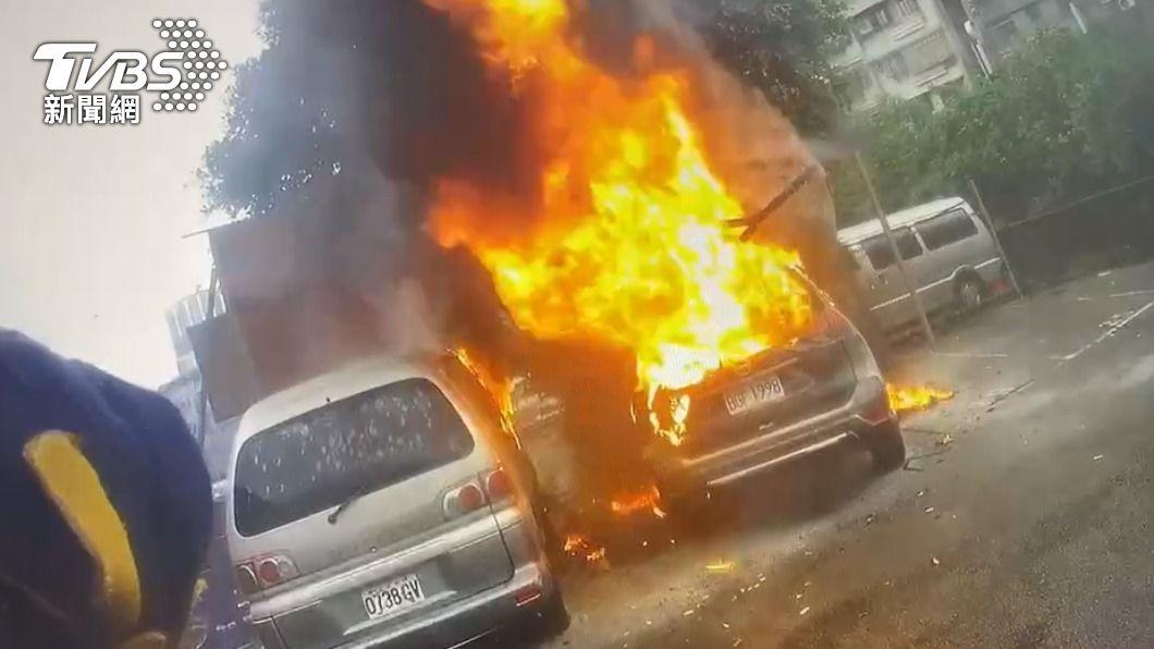 駕駛10萬現金也被燒毀。(圖/TVBS) 新車剛買1個月!男子內急未熄火 竟自燃燒毀10萬現金
