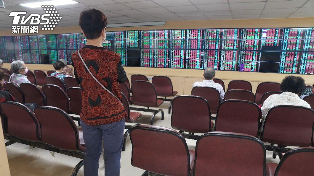 (圖/中央社資料照) 多空震盪起伏約600點 台股盤中翻紅力守半年線