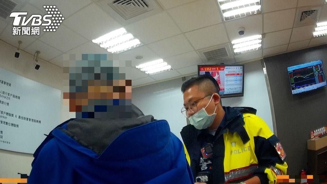 老翁險遭詐騙。(圖/TVBS) 陸女喊「哈尼」八旬老翁就昏頭 險匯3萬退休金遭警阻止