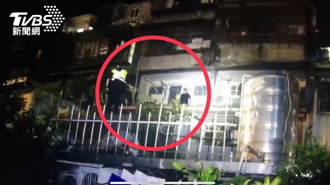 嫌犯從後陽台落跑當場被抓包。(圖/TVBS) 民宅內藏毒品 4嫌逃逸不成還反控警察違法搜索