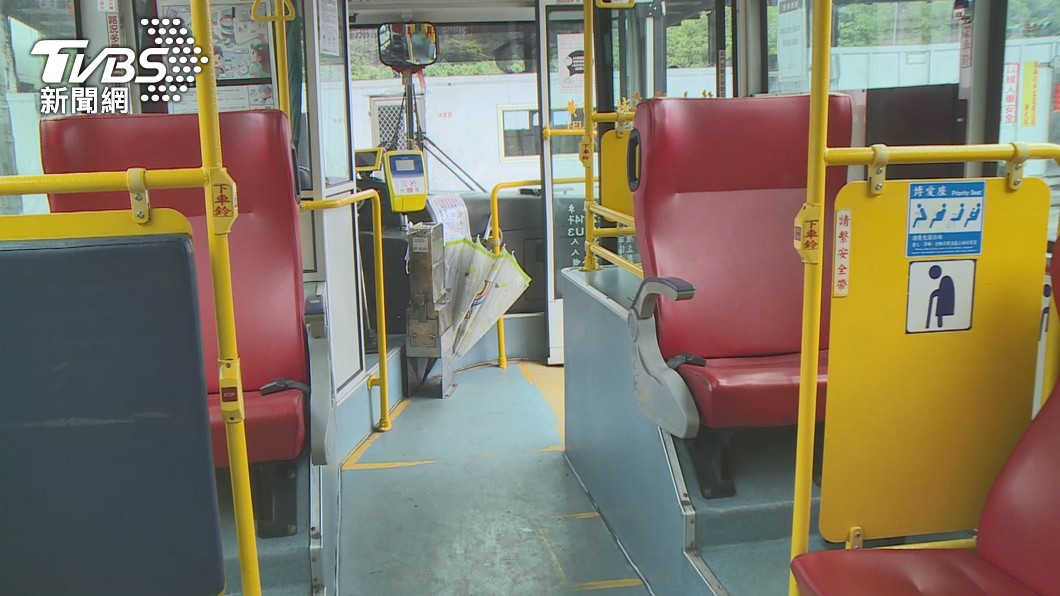 (示意圖/TVBS) 婦搭公車未戴口罩拿傘打警 判拘役35天緩刑2年
