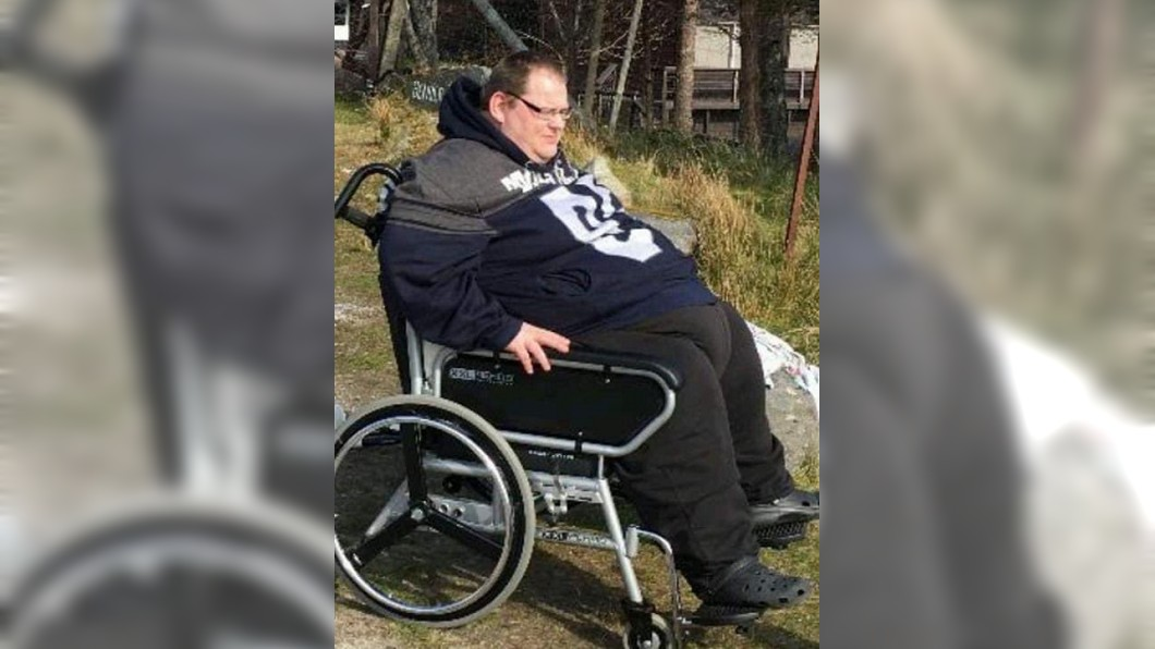 英國一名男子體重一度飆到368公斤。(圖/翻攝自推特) 英男肥到368公斤 憂「行房會壓死妻」狂鏟270公斤