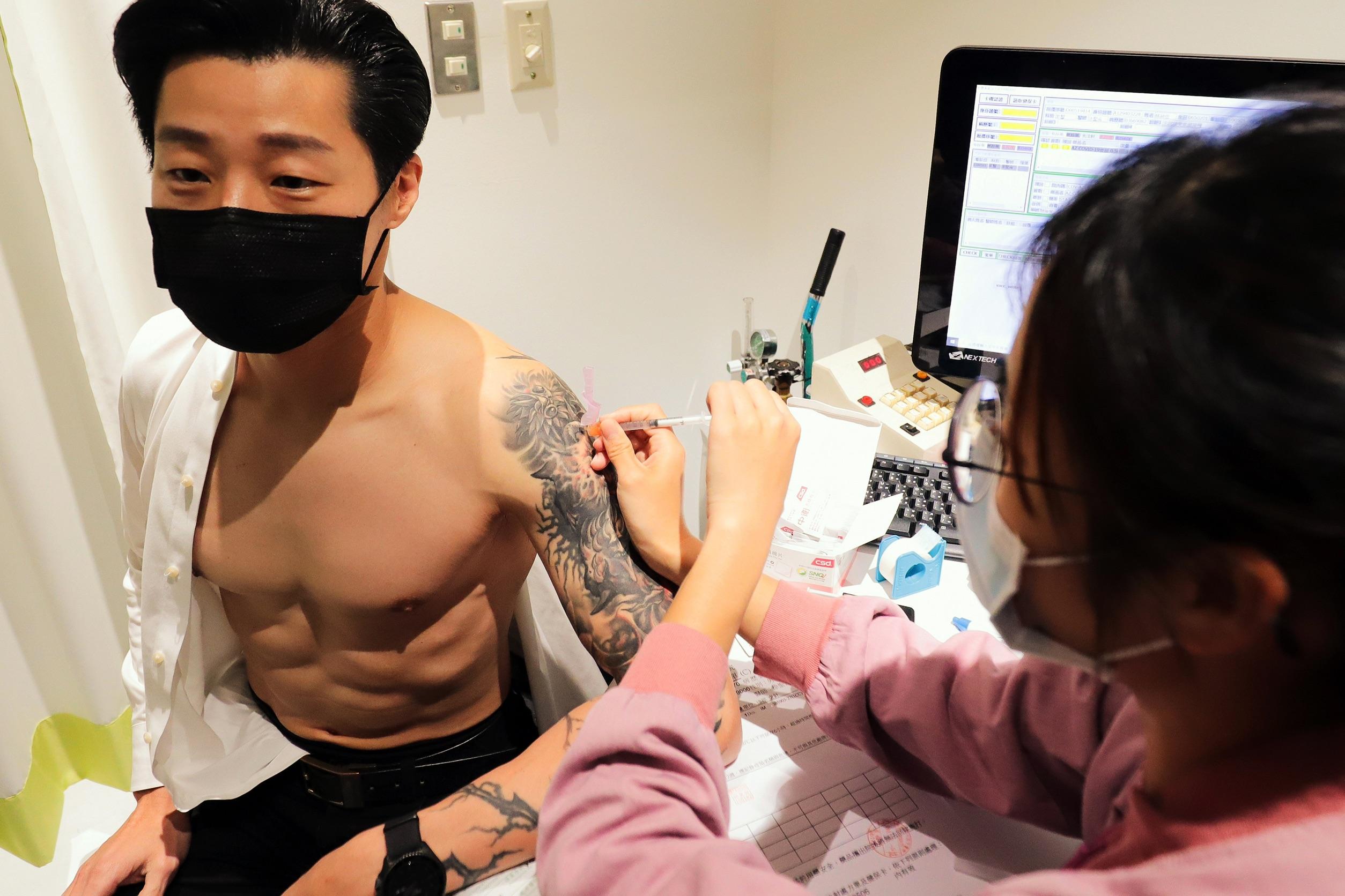 林昶佐注射疫苗意外露出健美身材。林昶佐辦公室提供 林昶佐以身試針 打新冠疫苗意外露出完美身材