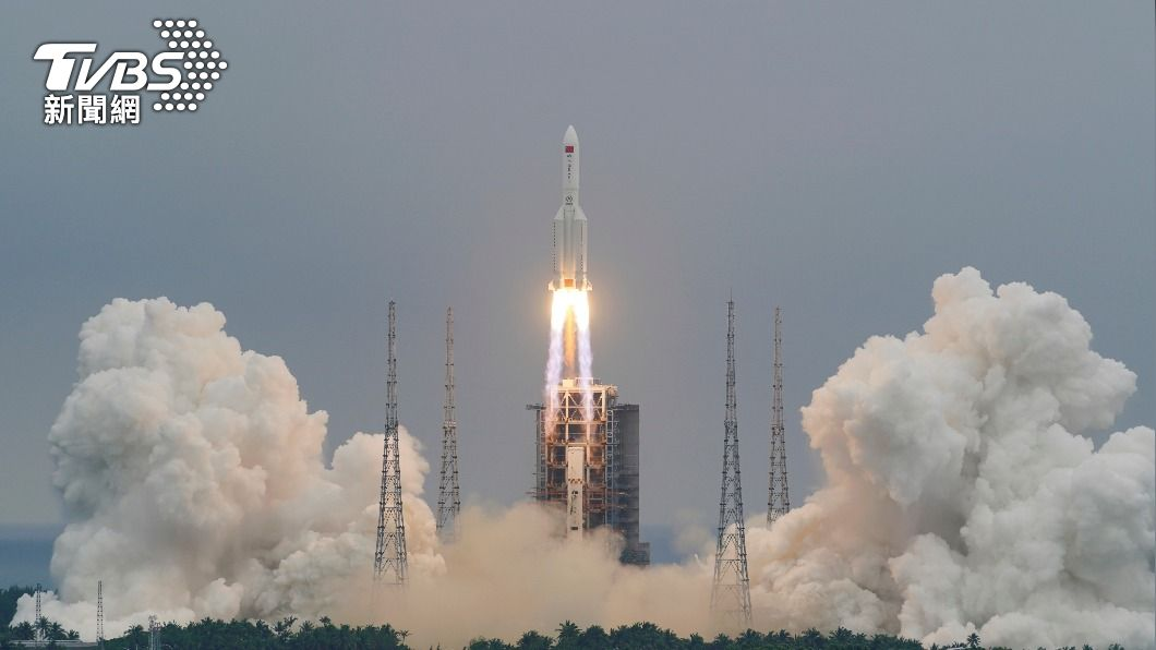 陸4/29發射長征5號B遙二火箭。(圖/達志影像路透社) 「中國點火」嘲笑印度 長征火箭失控全球關切墜落點