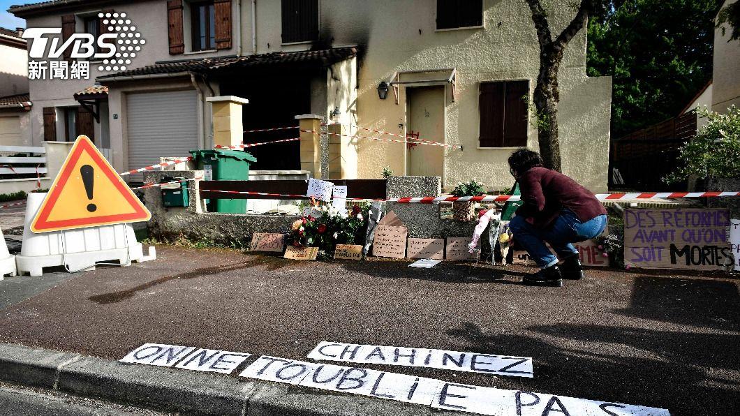 法國1女被家暴夫活活燒死,民眾在她住處門前哀悼。(圖/達志影像美聯社) 法國家暴累犯夫出獄後跟蹤妻 她遭槍擊後活活燒死