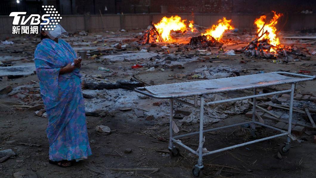 印度一名女兒經不起父親因疫離世,跳火坑陪葬。(圖,與本事件無關/達志影像路透社) 印度女難接受父染疫亡 火化一半喊「沒你怎辦」跳火陪葬