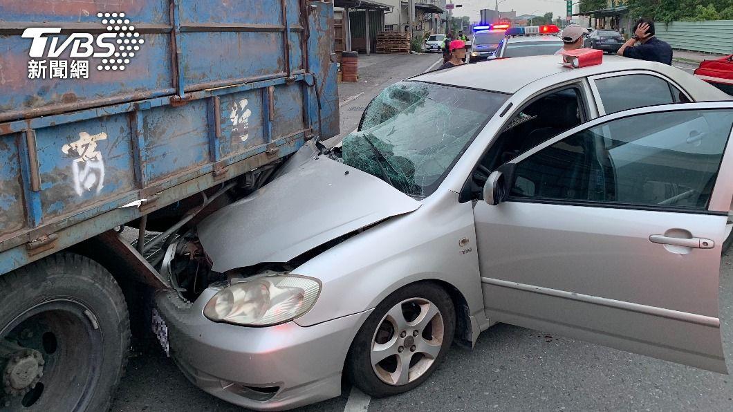 男子清晨駕車自撞。(圖/TVBS) 為家人奔波男子疲勞駕駛 車頭撞進資源回收車
