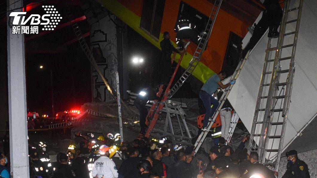 墨西哥市捷運坍塌傷亡慘重。(圖/達志影像美聯社) 血流如注斷手逃出 目擊者述墨西哥捷運坍塌慘況
