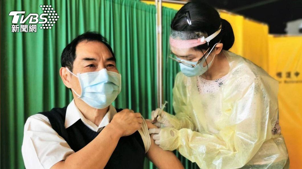 桃機總經理但昭璧接種疫苗。(圖/中央社) 公費疫苗放寬接種 桃機總經理率200員工施打