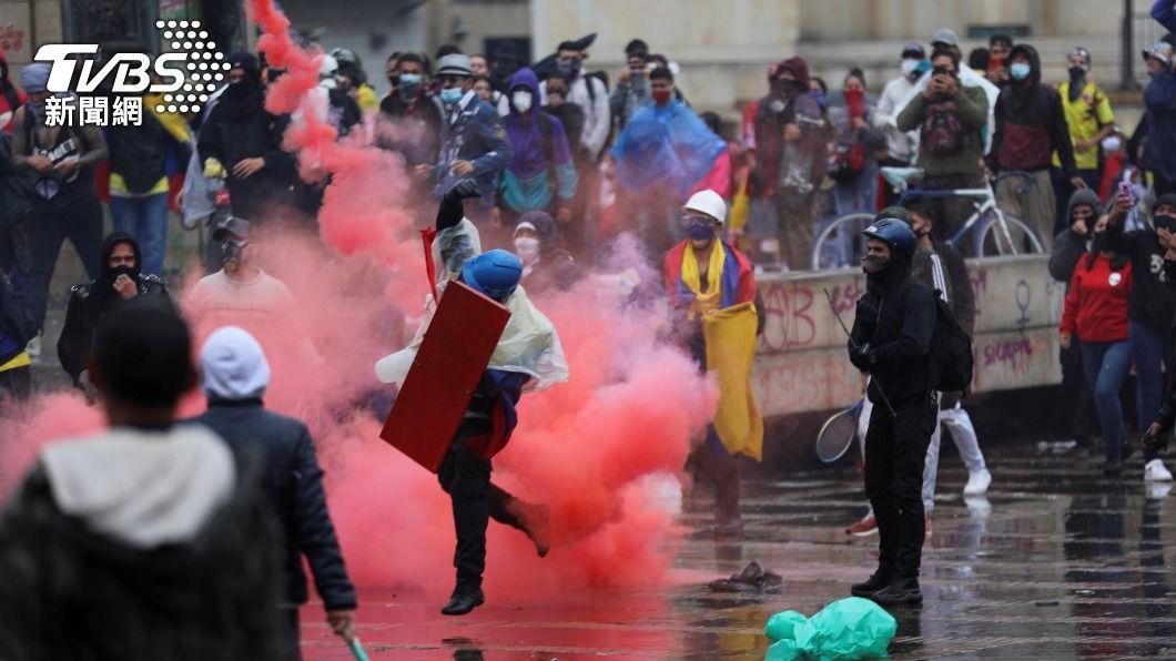 哥倫比亞反政府示威。(圖/達志影像路透社) 哥倫比亞反政府示威第8天 警察發射催淚彈鎮壓