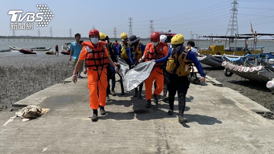 警消尋獲張父遺體。(圖/TVBS) 台中父子墜橋!失蹤父遺體飄5百公尺 近彰化岸旁尋獲