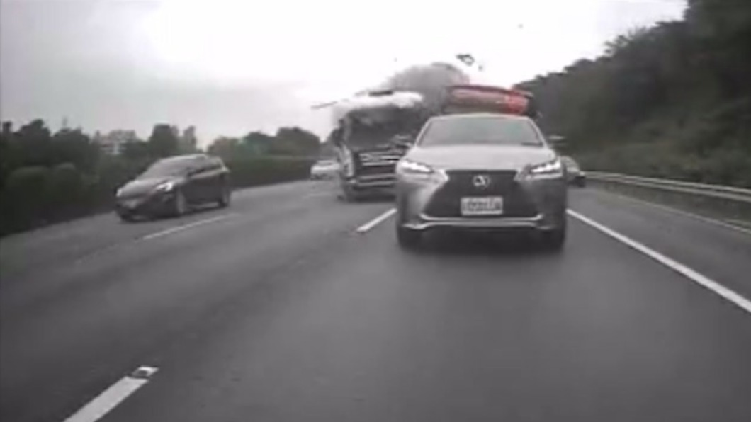 聯結車追撞公車。(圖/翻攝自網路) 國三北上土城段嚴重車禍 5車連撞1女頸部受傷
