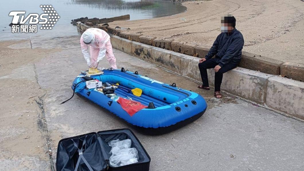 大陸再有一名男子偷渡至金門,上岸立刻遭逮。(圖/TVBS) 再傳偷渡!陸男划橡皮艇帶「16顆豬肉水餃」闖金門