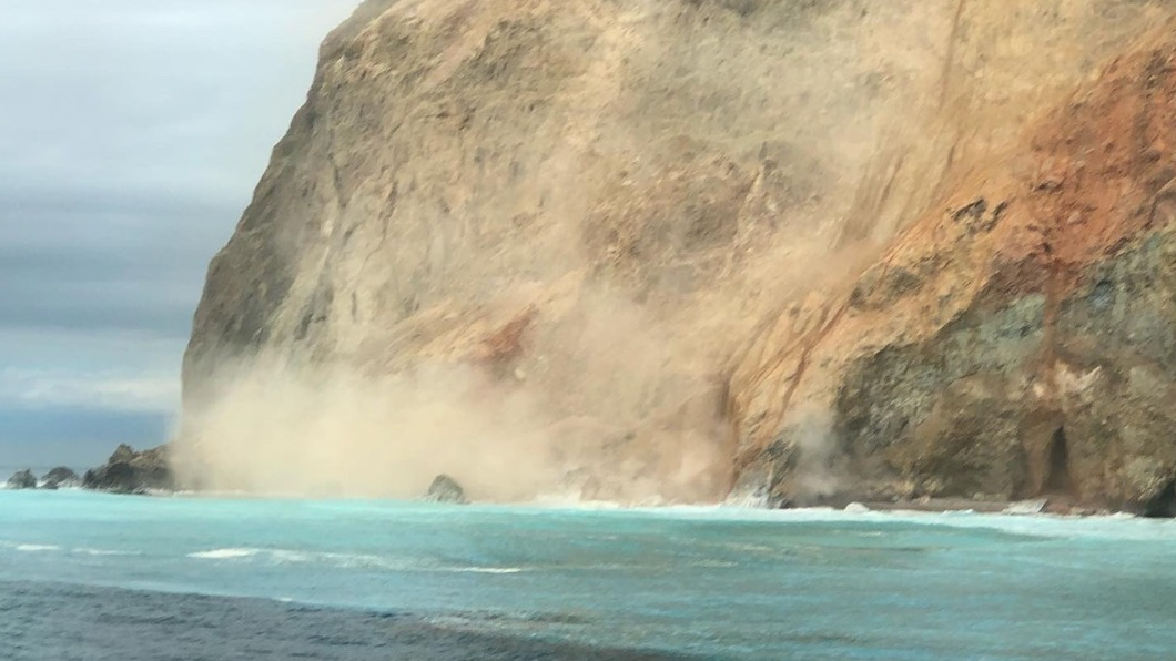 龜山島龜首岩壁崩落 震撼畫面遊客驚呼