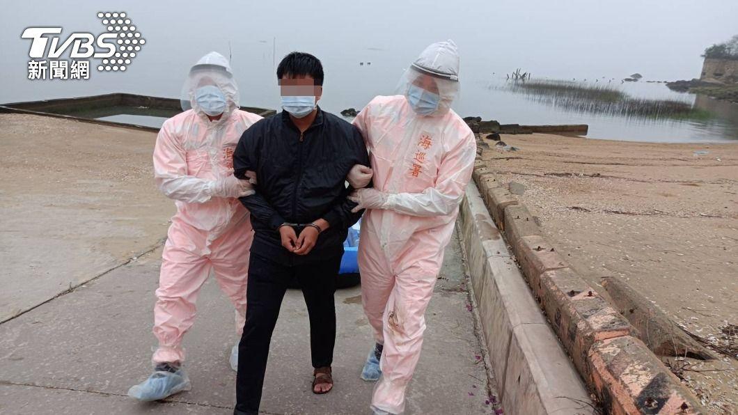 1名陸籍男子企圖偷渡。(圖/中央社) 5天內第2起橡皮艇偷渡 陸男攜豬肉水餃海巡急銷毀