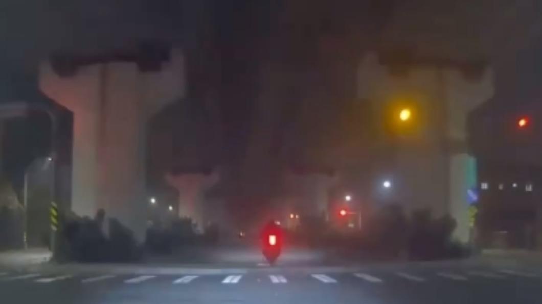 重機撞上人行道後輪整個騰空。(圖/翻攝自記者爆料網) 兩重機騎士撞20公分人行道 噴飛犁田怨標示不清