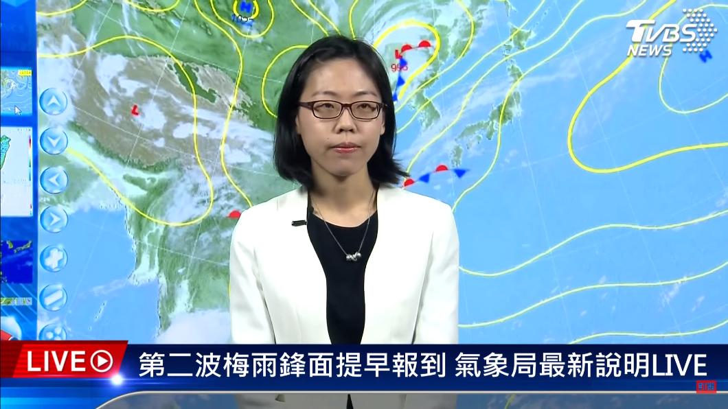 氣象局預報員指出,台灣目前吹的是西南風,因此主要是多雲到晴的天氣、水氣不多。(圖/TVBS) 鋒面靠近+熱對流 北部週六午後雷陣雨恐下到晚上