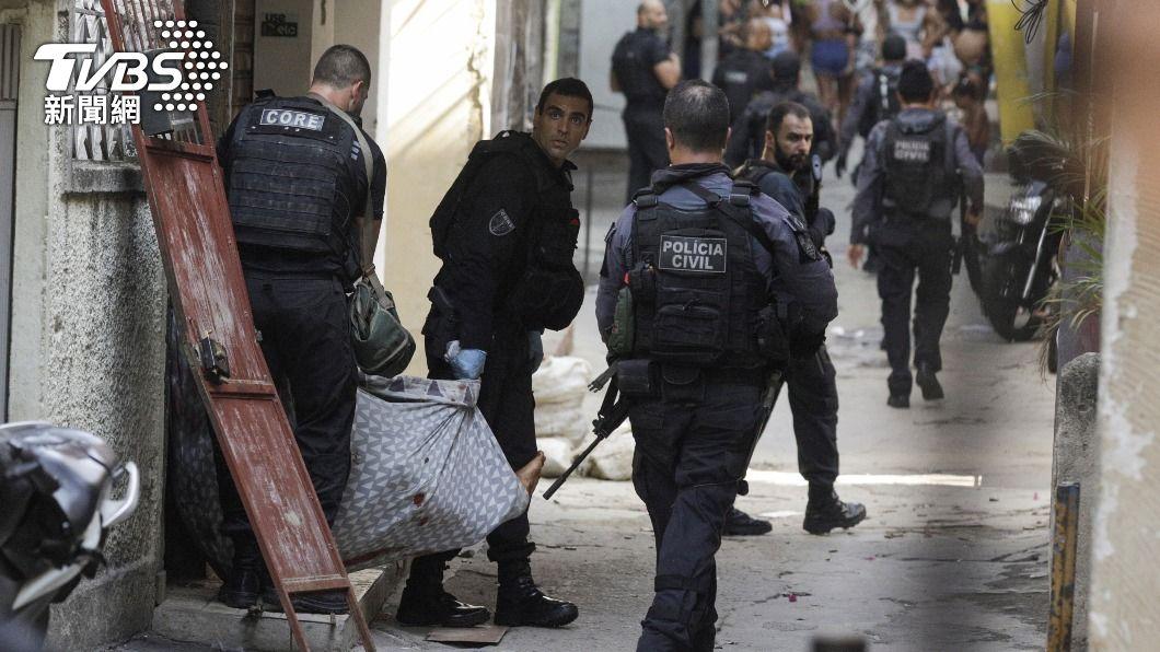 巴西警荷槍實彈闖貧民窟 突襲販毒集團爆槍戰釀25死