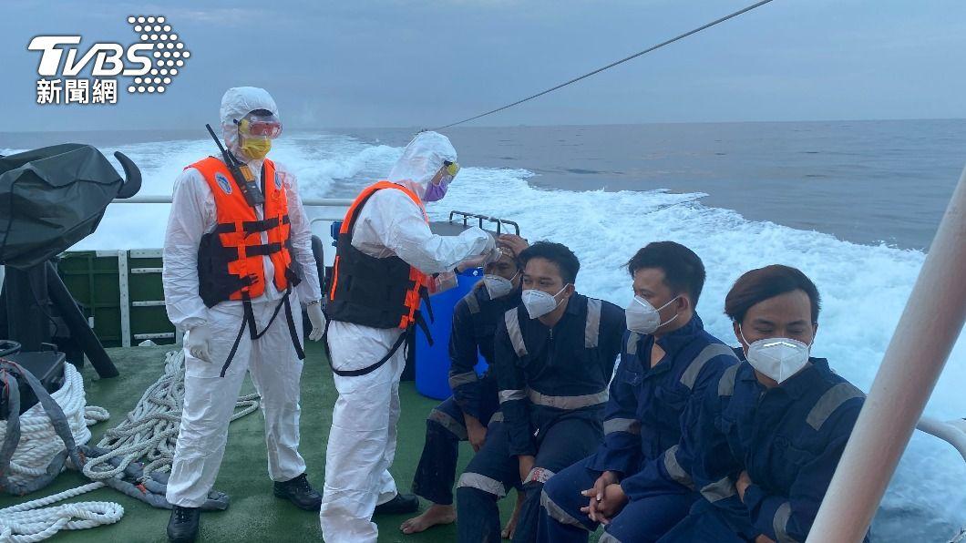 基隆漁船失火,已救起9名印尼籍船員。(圖/中央社) 基隆漁船海上失火 2台灣船員失蹤待尋
