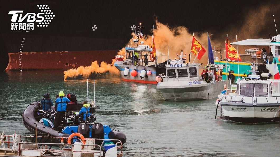 英法漁民聚集在港口對峙。(圖/達志影像美聯社) 英法為漁權對峙情勢降溫 船艇各自撤離澤西島