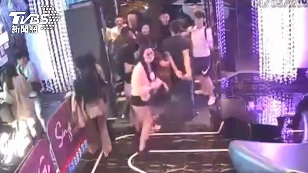 圖/TVBS KTV衝突!好友互毆 男返家發現「被刺傷」控警沒逮人