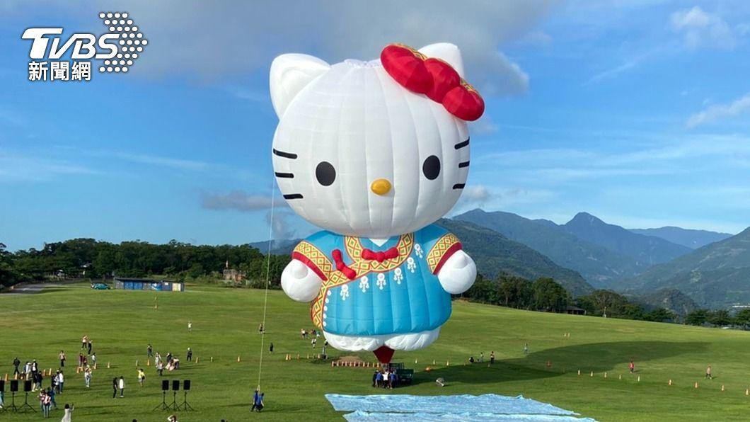 台東熱氣球嘉年華打造穿著布農族服裝的HELLOKITTY造型熱氣球,今早首次亮相掀起熱潮。(圖/中央社) 穿布農族衣服 台東熱氣球HELLO KITTY造型亮相