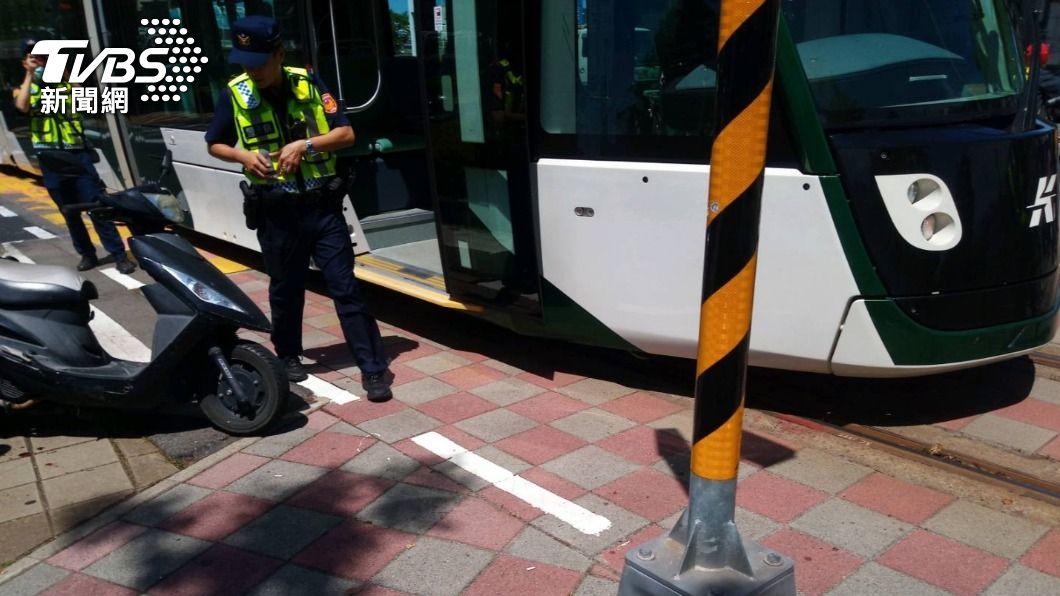 高雄輕軌發生一起擦撞事故。(圖/TVBS) 機車擦撞高雄輕軌列車 肇事女騎士輕傷恐須賠償損失