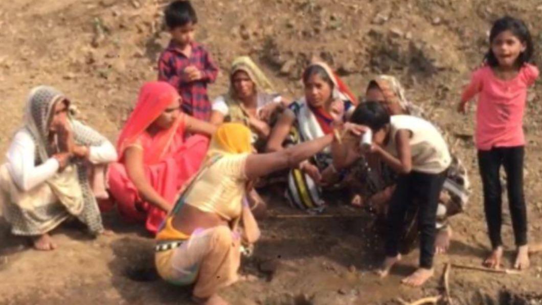 印度民眾擠在河邊舀河水。(圖/翻攝自TV9 Hindi) 傳「聖水」可戰勝新冠肺炎 印度村民竟擠河邊挖井