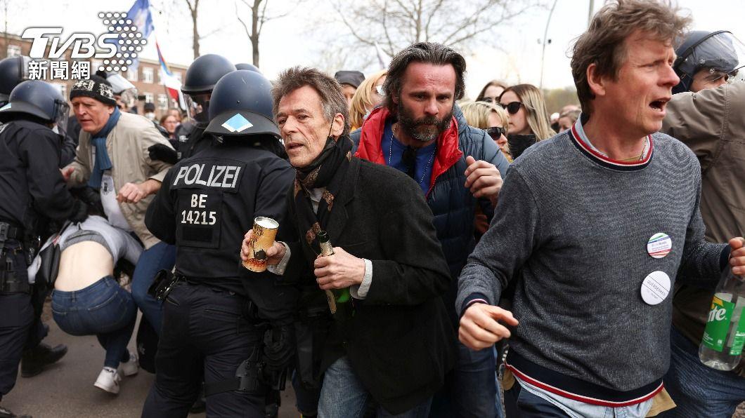 4月起德國各地爆發多起反防疫禁令示威活動。(圖/達志影像路透社) 自比二戰猶太人 德國反封鎖示威者戴大衛之星挨轟
