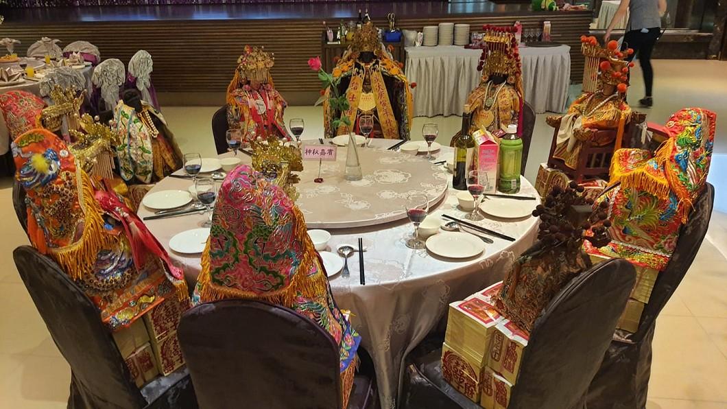 神秘嘉賓桌坐了10尊超大咖賓客。(圖/翻攝自中二小喇叭臉書) 台中婚宴驚見「10大咖」齊聚坐鎮 網嚇:敬3杯都不夠