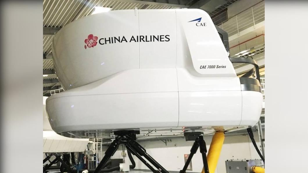 8日確診的華航機師案1183是飛行訓練教官,疑似是在模擬機上課時遭到傳染。(圖/翻攝華航臉書) 模擬機恐成破口 染疫華航教官有傳染力後「連3天訓練」
