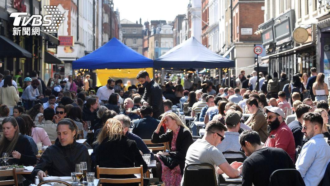 英國日前逐步鬆綁防疫禁令,大量民眾至戶外餐廳用餐。(圖/達志影像路透社) 英國鬆綁旅遊禁令 至「綠色名單」地區旅遊返國不需隔離