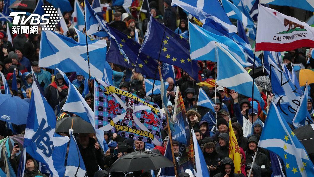 蘇格蘭獨立派支持者在去年1月上街遊行,要求再辦獨立公投。(圖/達志影像路透社) 英國地方選舉「蘇格蘭民族黨」大勝! 誓言再推獨立公投