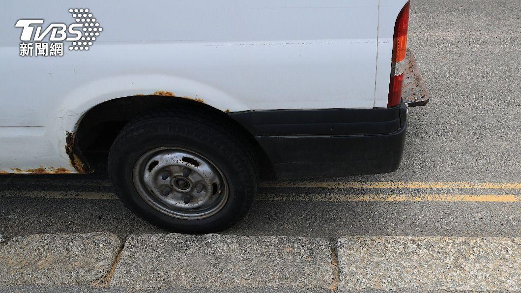 男子不想把車停在黃線上卻惹怒女友。 (示意圖/shutterstock 達志影像) 守法錯了?內用宵夜不停黃線 女友氣嗆「別碰我」