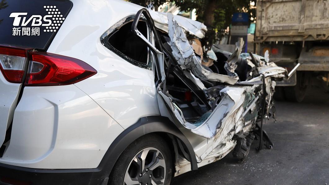 原PO脫口詛咒同事被車撞。(示意圖/shutterstock達志影像) 遭同事陷害背黑鍋 怒脫口被車撞「不到半年真死了」