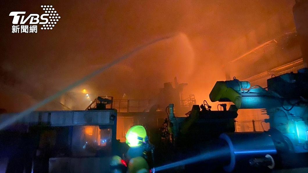 高雄市燁聯鋼鐵傳出火警,火勢延燒逾2小時才受控制。(圖/中央社) 燁聯鋼鐵火警 疑操作不慎引發機台及油溝槽燃燒