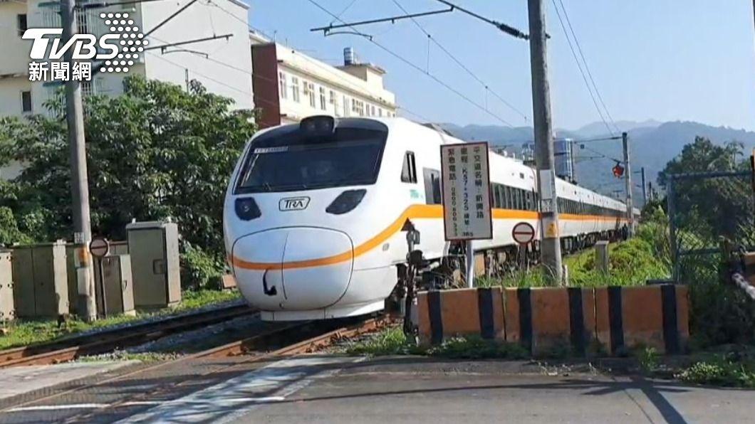 402車次太魯閣號10日撞擊一名侵入鐵軌的婦人。(圖/TVBS) 太魯閣號再傳意外! 婦侵入鐵軌被撞斃