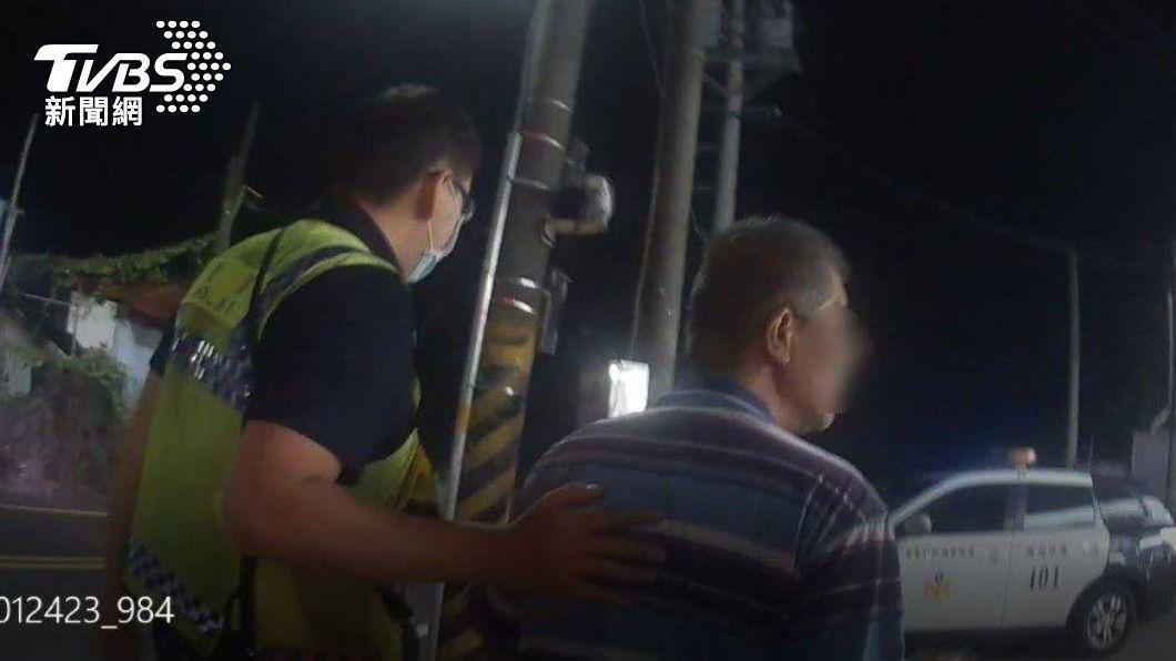 男子喝醉獨自走在台一線上。(圖/TVBS) 好心人三更半夜攔警車拍窗 醉漢平安返家揪甘心