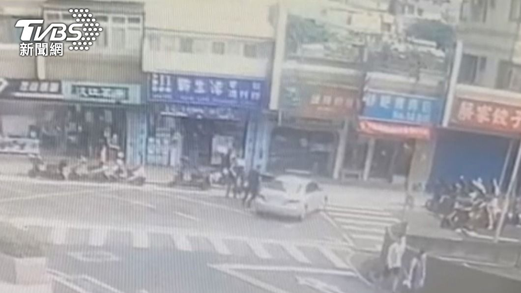 黃姓男子與朋友駕車撞人恐嚇。(圖/TVBS) 作賊喊抓賊! 駕車衝撞又亮槍被逮還「亂喊警察打人」