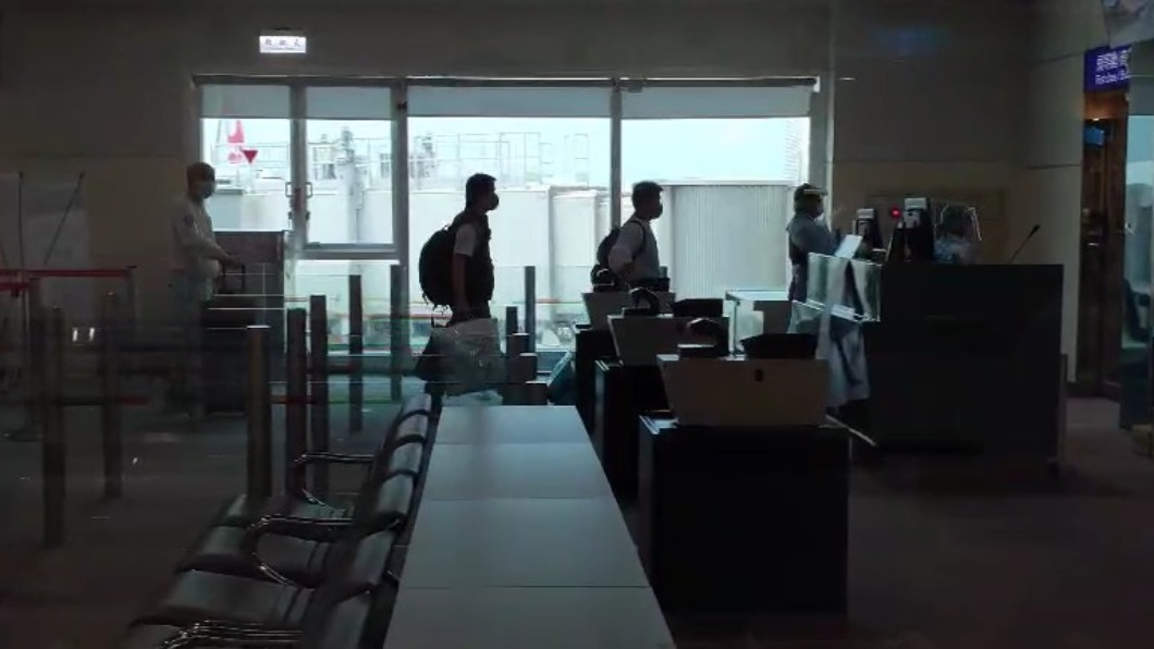 經由日本轉機返台的印度僑民中午時抵達桃園機場,但其中有3人出現呼吸道症狀因此先直接在機場採檢。(圖/TVBS) 戒備!印度僑民轉降桃機 3人有呼吸道症狀遭帶離採檢