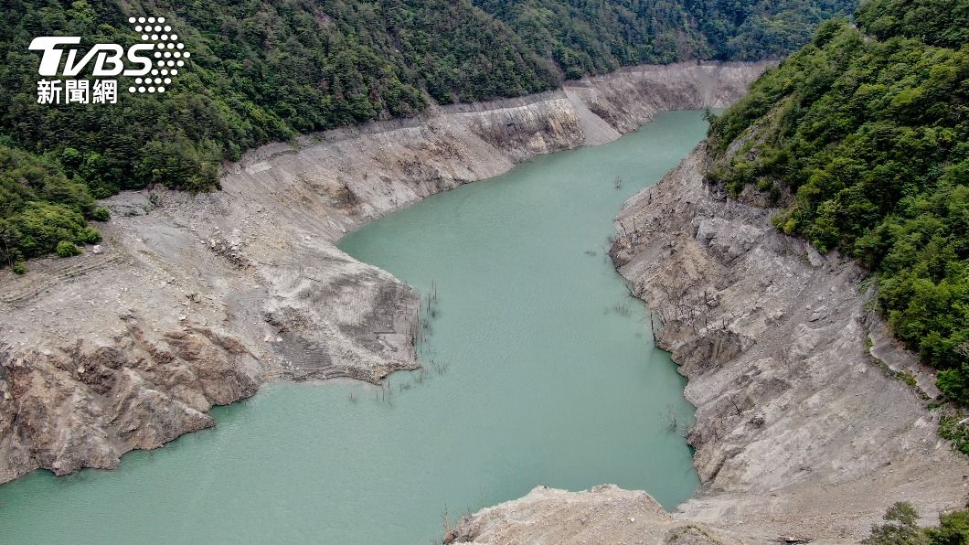 德基水庫水位降,河床裸露乾涸。(圖/中央社) 旱象難解!德基水庫蓄水率剩3% 再創47年新低