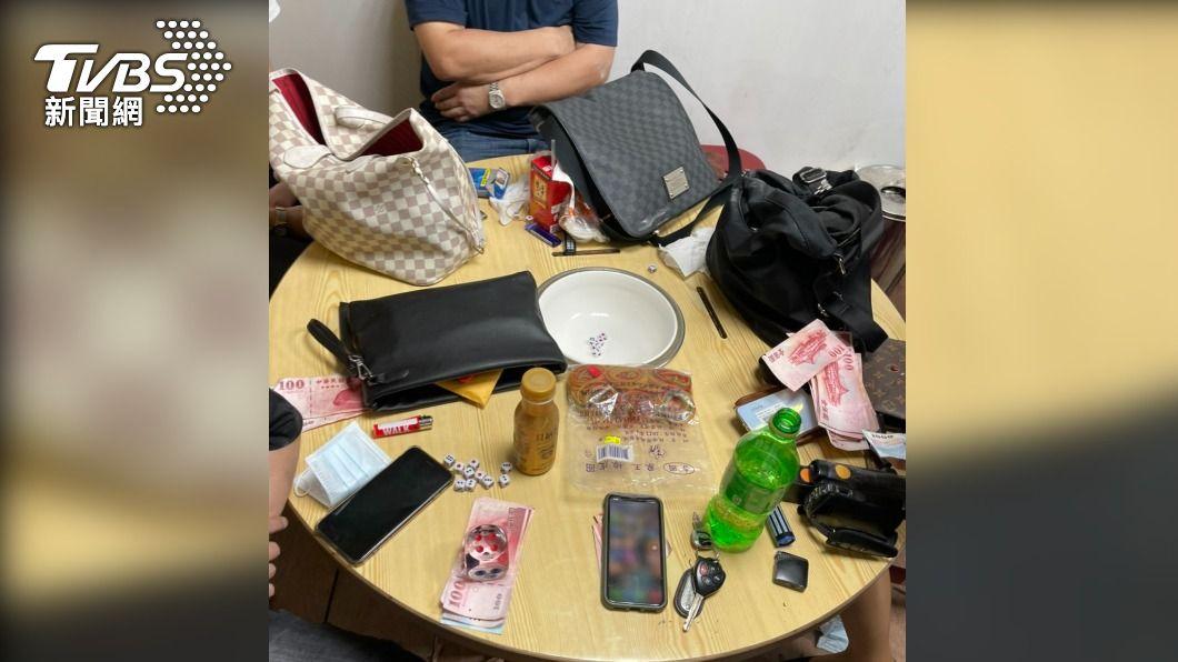 賭客開桌玩十八骰仔。(圖/TVBS) 警攻堅破民宅賭場! 意外搜出改造槍支毒品及2名通緝犯