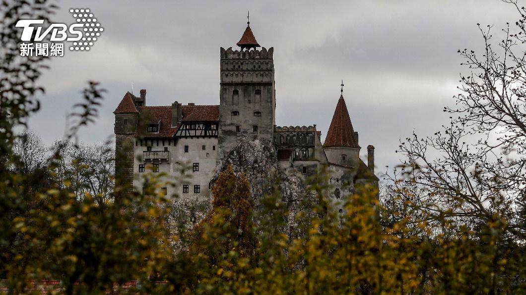 羅馬尼亞政府將熱門觀光景點「布蘭城堡」作為疫苗接種點。(圖/達志影像路透社) 吸血鬼德古拉城堡變疫苗中心 羅馬尼亞防疫兼顧觀光