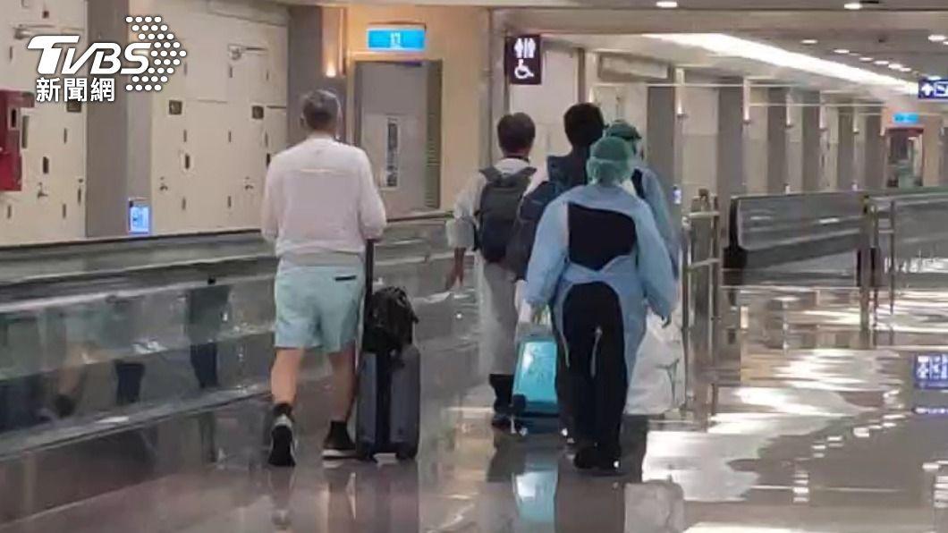 今(10)日上午還有一架日本航空班機有29名旅客是來自印度,3人在下機時就有呼吸道症狀被帶走。 印度好毒!醫療專機、自行搭機4確診 今航班3人有症狀