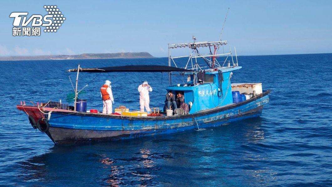 澎湖海巡查扣一艘漁船。(圖/中央社) 大陸休漁期陸船頻越界 澎湖海巡10天扣4艘